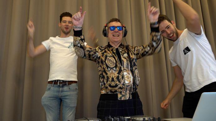 Koen Crucke wordt klaargestoomd als dj door Discobar Joossens.
