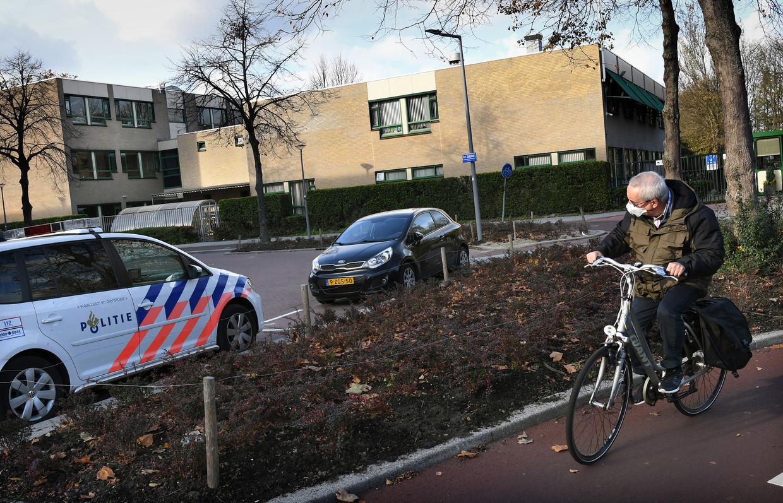 Een politieauto voor het Emmauscollege in Rotterdam.  Beeld Marcel van den Bergh