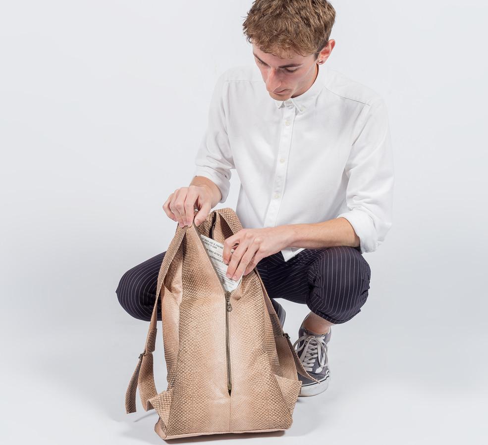 Roy met zijn tas van zalmhuid.