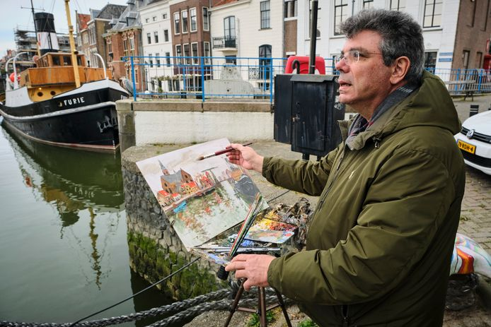 Dimitris Voyiazoglou schildert de haven van Maassluis. Binnen twee uur moet het kunstwerk klaar zijn.