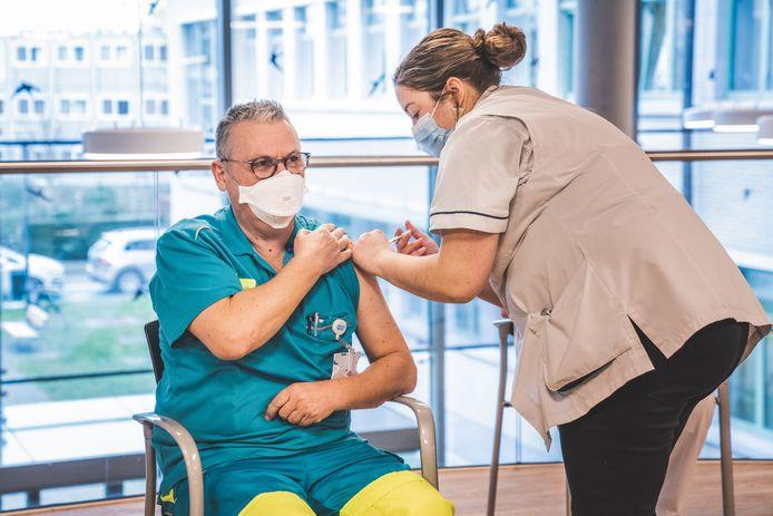 Het personeel van het UZ Gent kreeg vandaag de eerste vaccins van Pfizer toegediend.