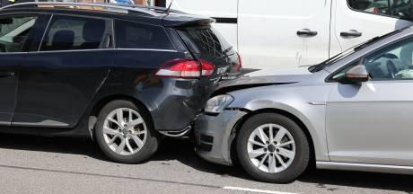 Ongeluk tussen drie auto's op de Waldorpstraat