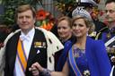 De gasten en koninklijk paar verlaten de kerk na de inhuldiging, Nieuwe Kerk in Amsterdam.
