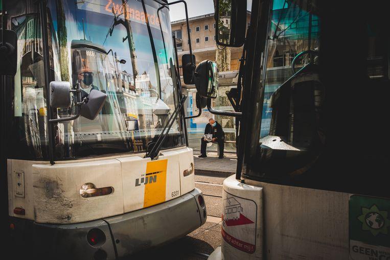De trams en bussen bleven de voorbije maanden rijden, terwijl het aantal reizigers terugviel tot 10 procent.  Beeld Wannes Nimmegeers