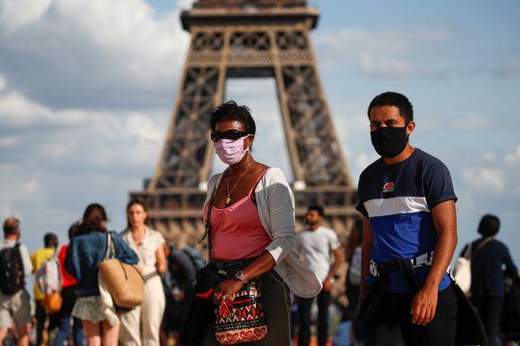 Toeristen aan de Eiffeltoren in Parijs
