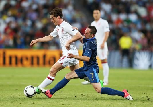 Scott Parker voor Engeland in actie tegen Franck Ribéry van Frankrijk.