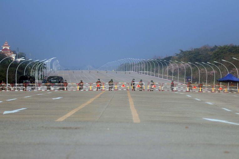 Militairen blokkeren de weg richting het parlement in de hoofdstad Naypyidaw.  Beeld EPA