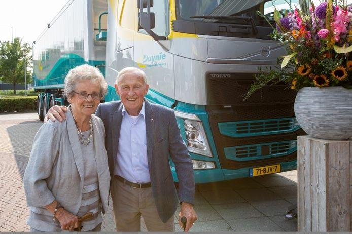 Arie en Bep poserend voor een vrachtwagen van Duynie.
