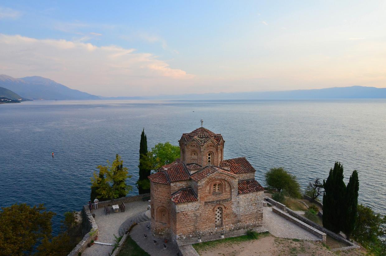 De  Macedonisch-orthodoxe St. Jovan Kaneo-kerk bij het Meer van Ohrid.