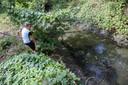 10 jarige Joey redt samen met Piet van Son vissen uit aanvoer sloten van visvijver in Valkenswaard