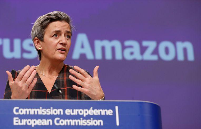 Eurocommissaris Margrethe Vestager spreekt tijdens een bijeenkomst over het onderzoek naar Amazon. De techgigant wordt ervan verdacht op een oneerlijke manier te concurreren met andere ondernemers.  Beeld AP