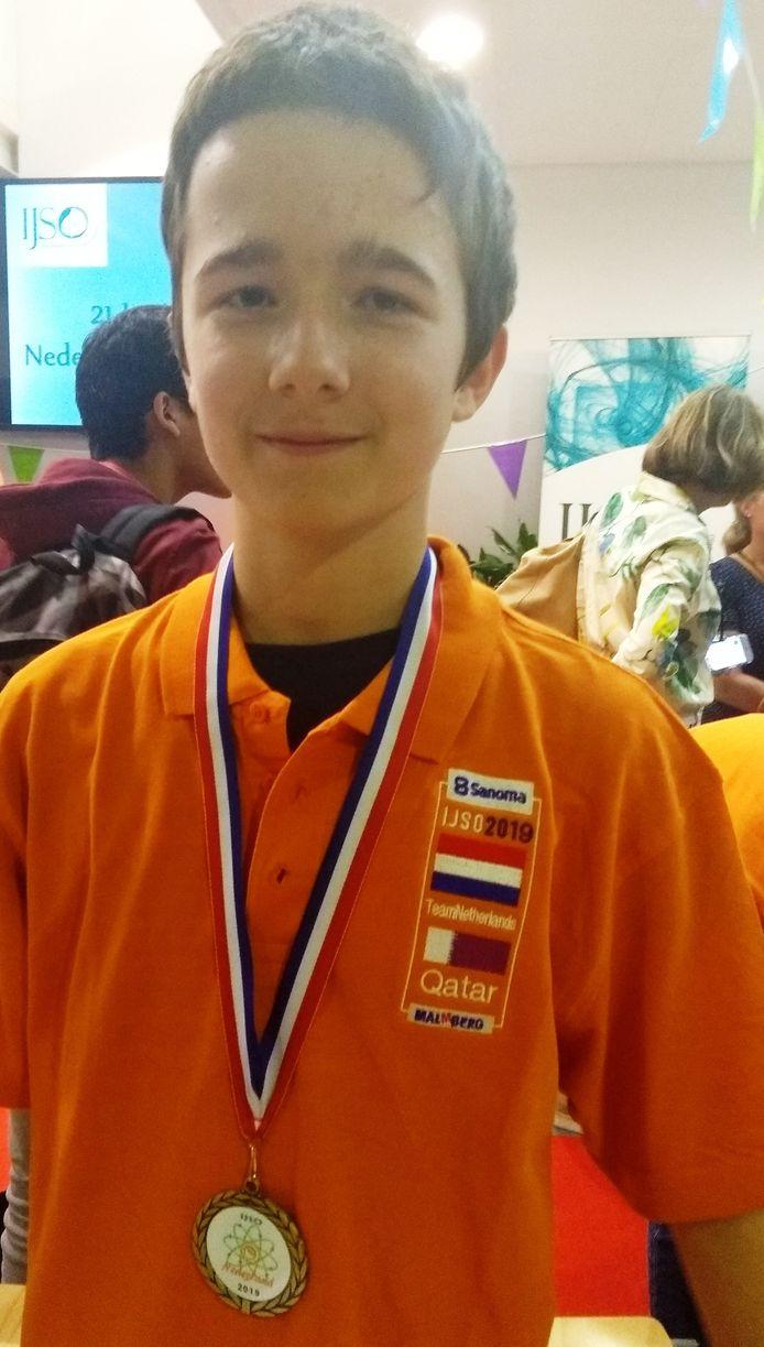 Revi Gerner met zijn gewonnen medaille.