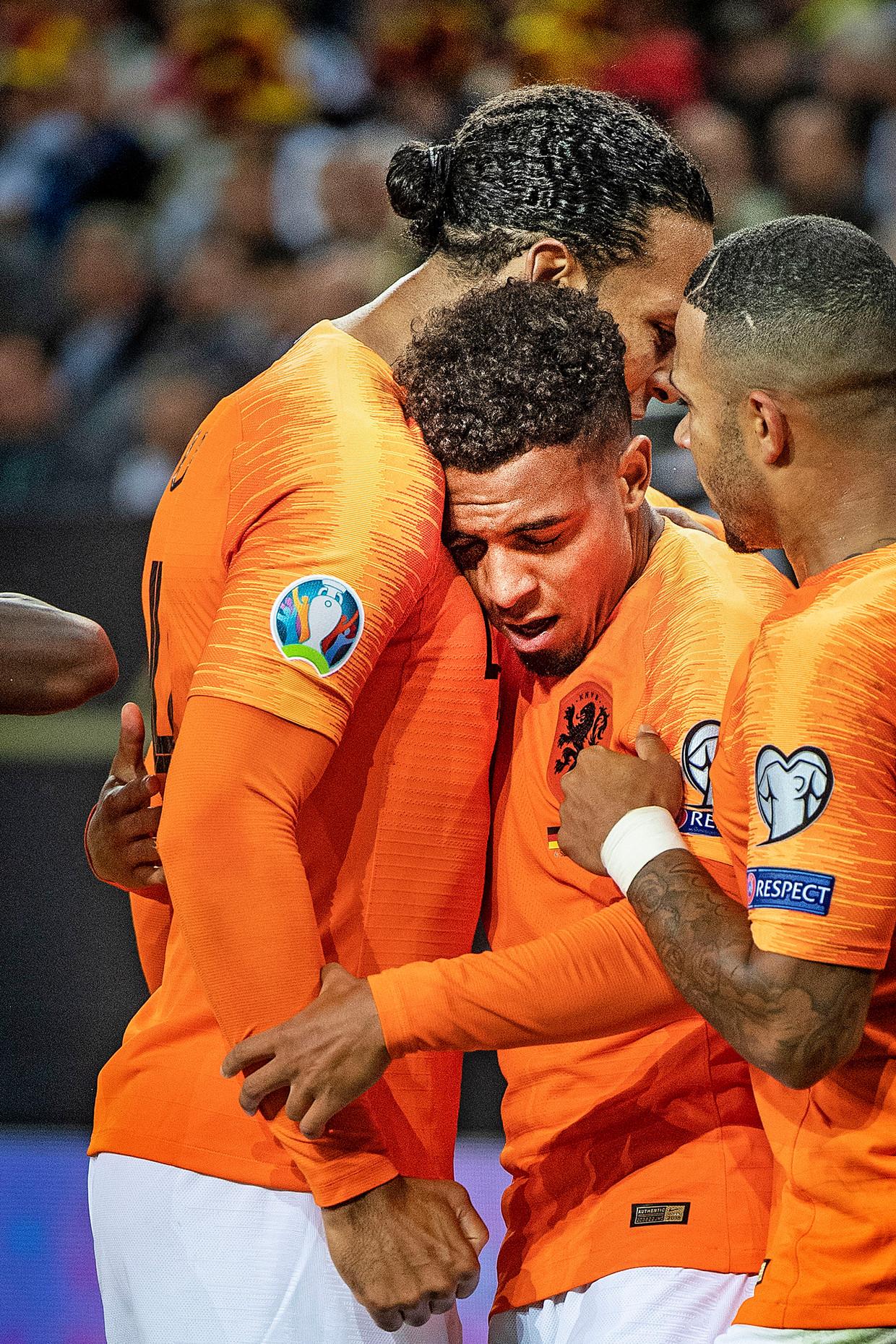 Donyell Malen viert zijn doelpunt met Virgil van Dijk en Memphis Depay. Beeld Guus Dubbelman / de Volkskrant