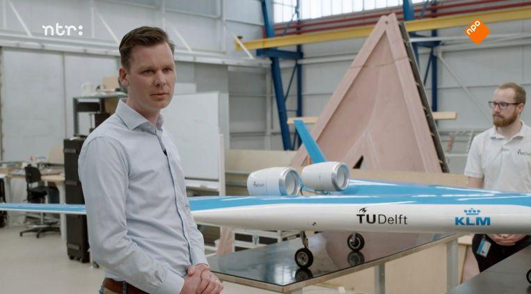 Roelof Vos van de TU Delft met de Flying V. Beeld NTR