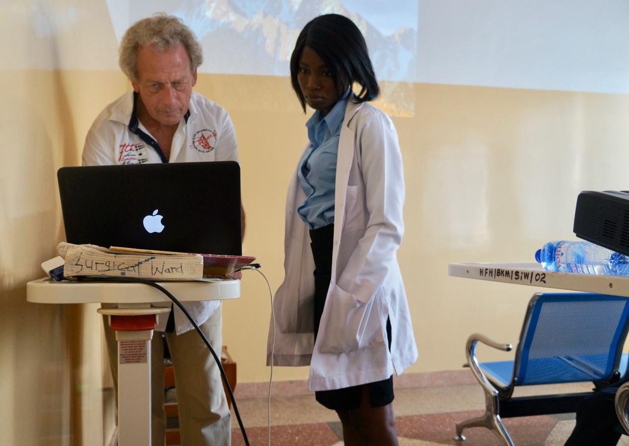 De Ermelose cardioloog Dick Haan in gesprek met een Ghanese arts over kinderen met hartproblemen