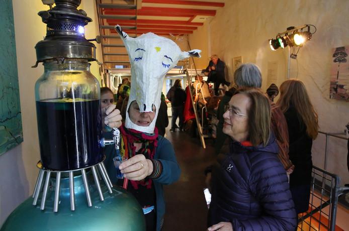 Opening pop-up galerie grote K. Bij binnenkomst kregen de mensen een mystiek gebrouwen toverdrank.