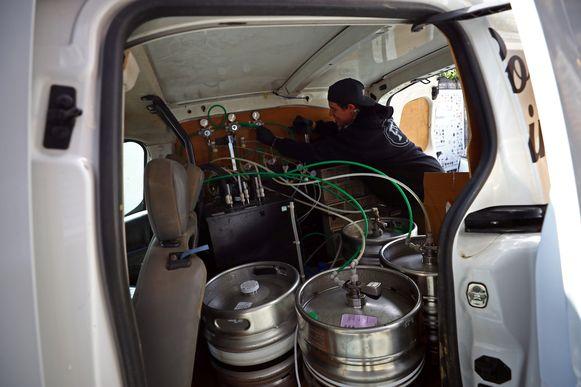 In de laadruimte van zijn bestelwagen stockeert Pete zijn bier.