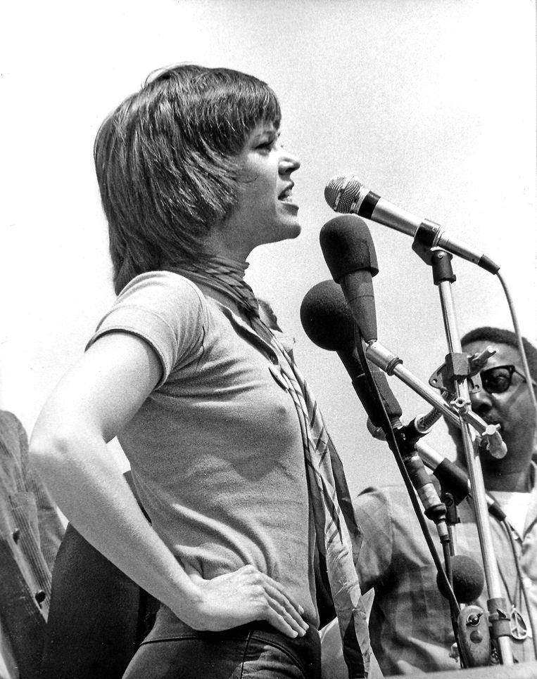Jane Fonda spreekt in mei 1970 een menigte van 100.000 demonstranten toe op een vredesprotest voor het Witte Huis in Washington D.C. Beeld Photo News