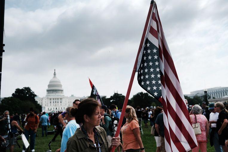 De betogers hebben Amerikaanse vlaggen bij zich. Beeld Getty Images