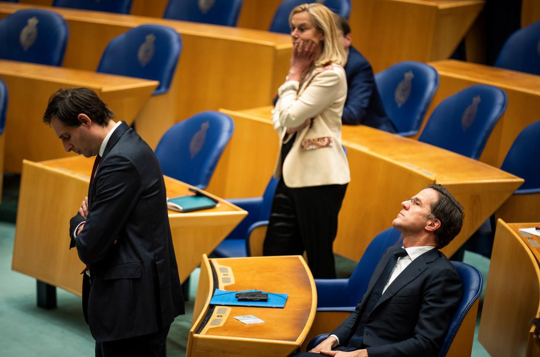 Rutte (zittend), Kaag en Hoekstra, woensdag tijdens het debat over de uitgelekte verkennersstukken. Beeld Foto Freek van den Bergh / de Volkskrant