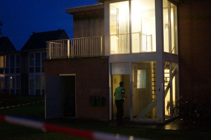 Politieonderzoek in de Winterswijkse woning op het azc-terrein waar de asielzoeker is neergestoken.