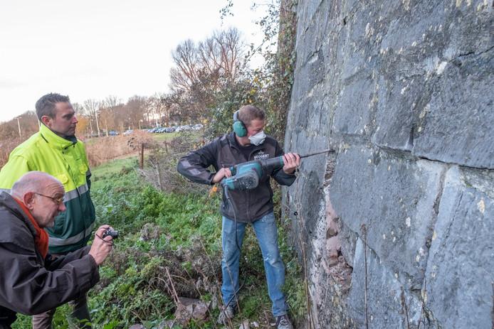 Projectleider Jan Quist (gele jas) bij een eerdere inspectie van het Bolwerk door Arjan Zwart (met beitel) en restauratie-architect Erik-Jan Brans.