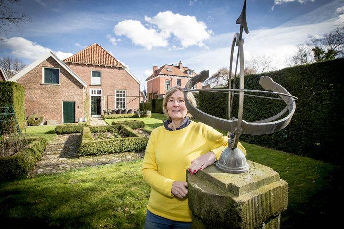 Directeur Liesbeth Hassink houdt de deur van het Bussemakerhuis nog even dicht. In de tuin zijn wel enkele activiteiten.