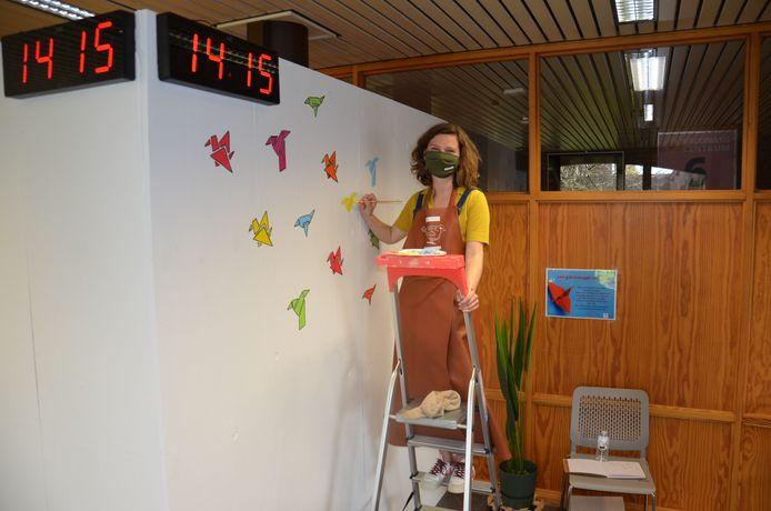 Eline Godaert van Huize Vink fleurt de muren van de rustruimte van het vaccinatiecentrum van Ninove op met muurschilderingen.