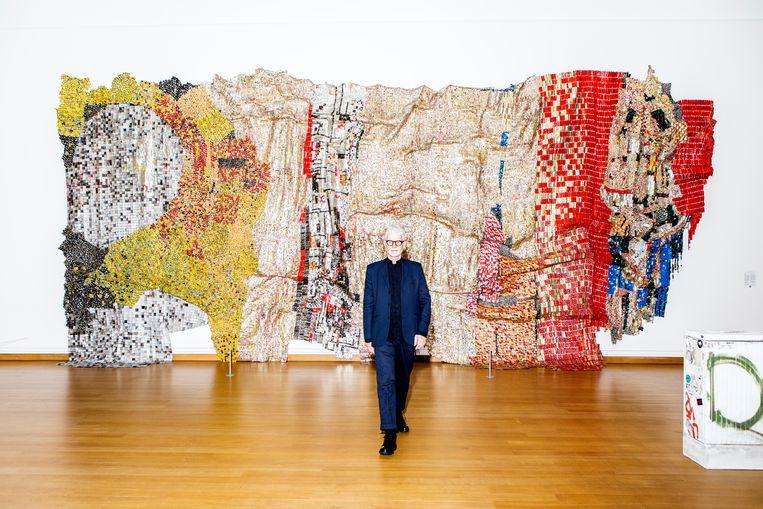 Rein Wolfs, directeur van het Stedelijk Museum Amsterdam bij het kunstwerk 'In the World But Don't Know the World' van El Anatsui. Beeld Hilde Harshagen