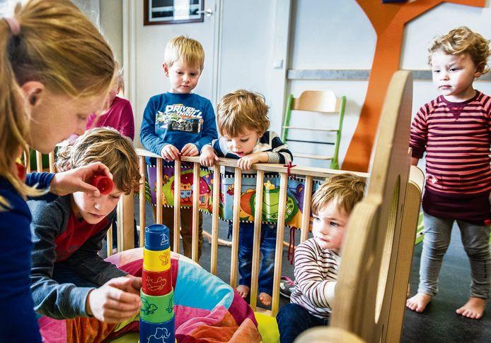 De Wijde Wereld in Uden is één van de voorlopers van de kindcentra. Leerlingen die een uurtje tussenschoolse opvang hebben, spelen met de kinderen in de kinderopvang.