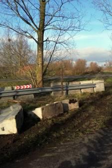 Betonblokken bij Merwedebrug alweer omver gereden