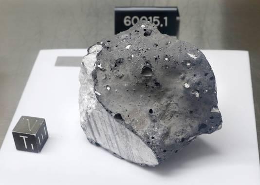 Deze steen, meegebracht tijdens de Apollo 16-missie, is mogelijk de oudste maansteen en werd gevormd toen de maan afkoelde.