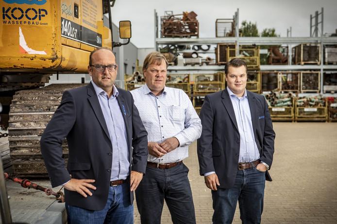 Bij Koop Bronbemaling foto in verband 50-jarig jubileum bedrijf en verkoop meerderheidsaandeel in Duitse investeringsgroep. Voor editie oldenzaal en Enschede. Op de foto vlnr: Ronny Konink, Frans Koop en zoon Tom Koop.