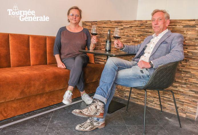 Marijke Decrop en Luc Pollet in hun nieuwe kunst- en wijnbar. Door de coronamaatregelen opent vanaf zaterdag eerst enkel het terras van In Vino Veritas
