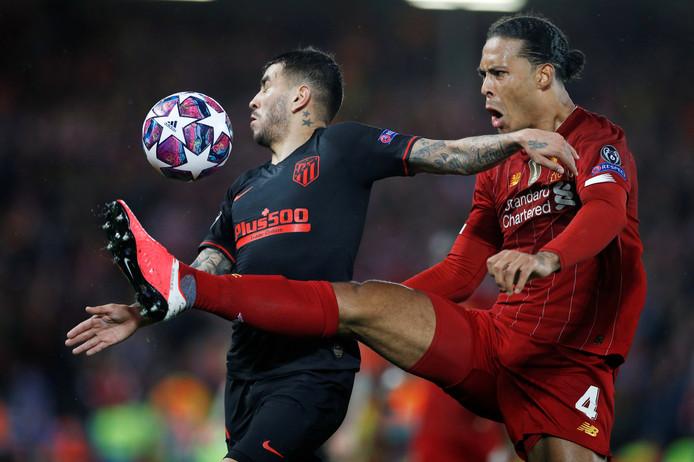 Virgil van Dijk in duel met Angel Correa. Ook de aanvoerder van Oranje kon uitschakeling niet voorkomen.