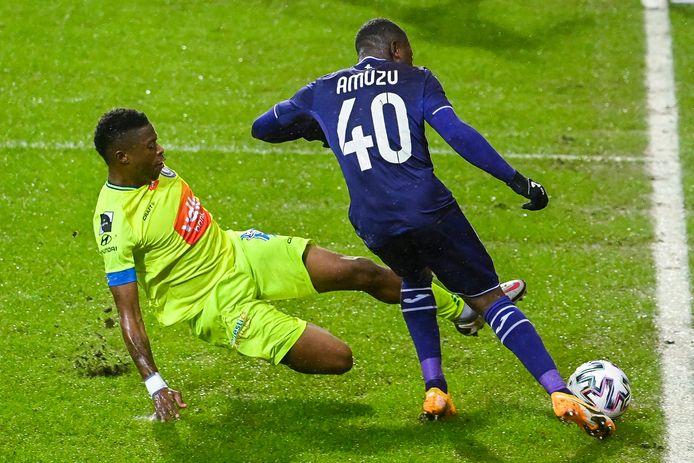 AA Gent-speler Nurio probeert een voorzet van Anderlecht-winger Amuzu af te blokken.