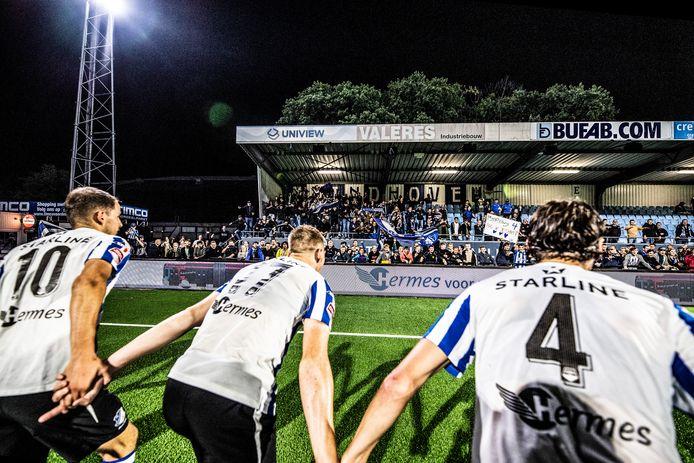 De FC Eindhoven-spelers vieren de zege op NAC (2-0) samen met de eigen supporters.