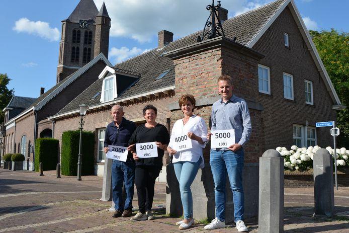 De 2000ste, 3000ste, 4000ste en eerste 5000ste inwoner van Geffen bij de dorpspomp. Van links naar rechts: Piet van Schaik, Henriëtte van Bergen, Maddy van de Akker-Huibers en Jan Verhagen.