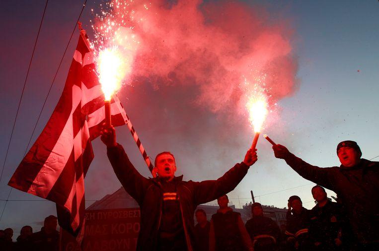 Grieken protesteren in Athene tegen de verlaging van het minimumloon in 2012. Beeld REUTERS