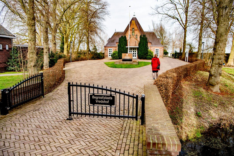 Tientallen mensen voerden actie op de begraafplaats Vredehof in het Zuid-Hollandse Bodegraven. Ze plaatsten bloemen en actiebordjes op graven waarvan zij denken dat de overledenen zijn vermoord door een satanistisch pedonetwerk.  Beeld ANP
