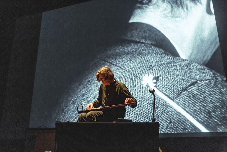 Thurston Moore morrelt aan de grenzen van de muziek en onze verbeelding terwijl hij in de Vooruit experimente films van Maya Deren begeleidt Beeld Michiel Devijver