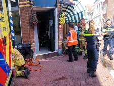 Brandweer bevrijdt gevallen man in café uit benarde positie