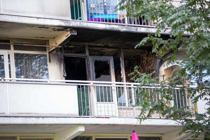 De bewoner van de flat zou zijn zeven maanden zwangere vrouw in hun slaapkamer in brand hebben gestoken.