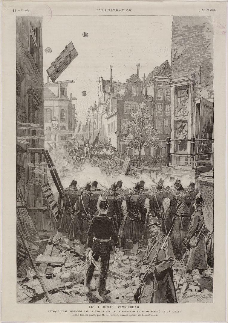 Soldaten schieten tijdens het Palingoproer op demonstranten vanuit de Eerste Lindendwarsstraat over de Lindengracht en Zaterdagsebrug.  Beeld Stadsarchief