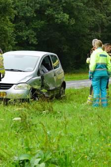 Automobilist gevangen in eigen auto door airbag na crash bij Deventer