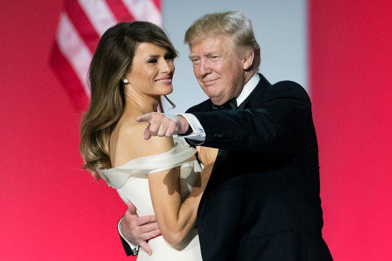 Melania danst met Trump tijdens het inaugerele bal op 20 januari 2017. Beeld EPA