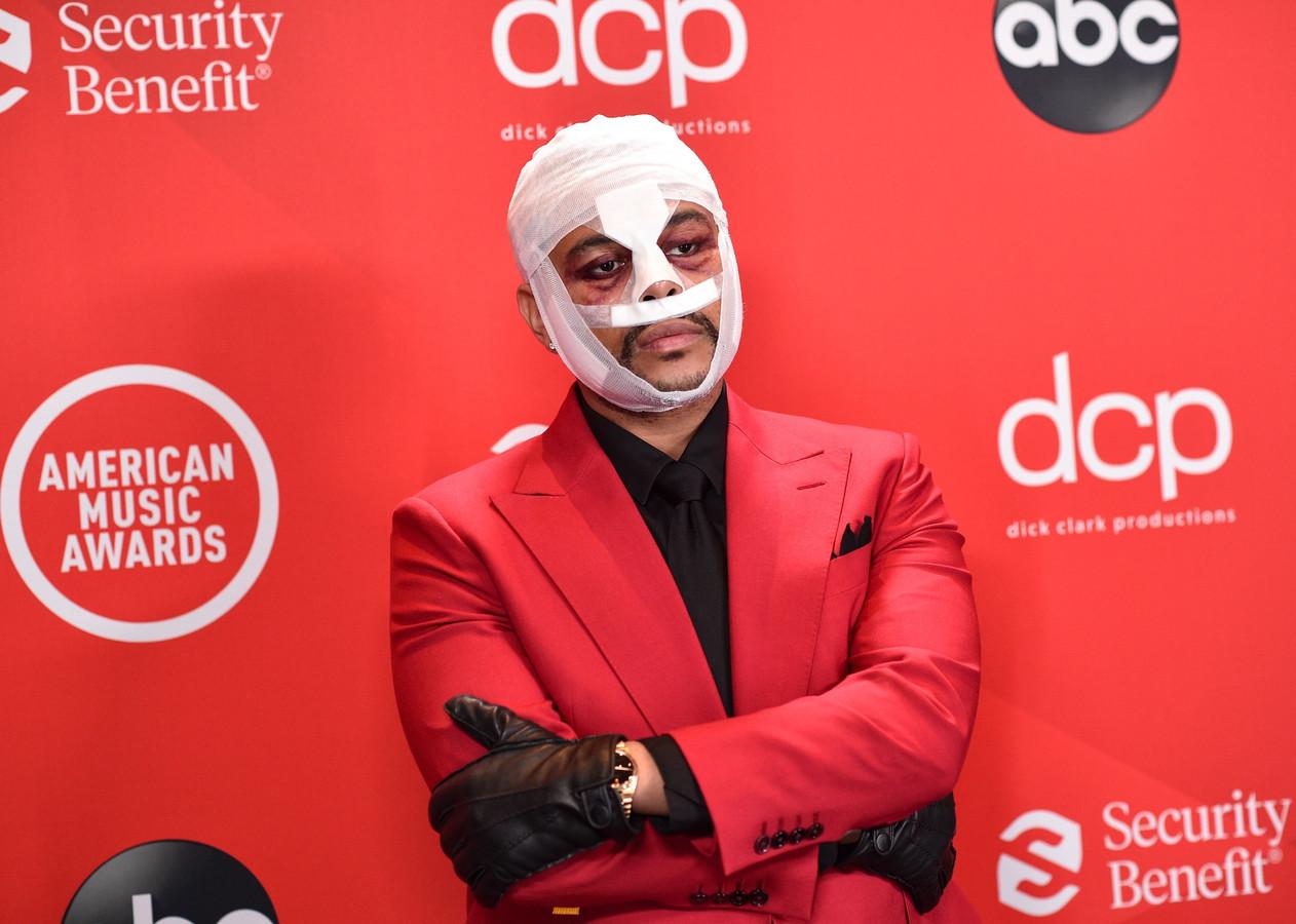 The Weeknd aux American Music Awards à Los Angeles hier soir. Le chanteur en est sorti le grand gagnant, avec trois prix.