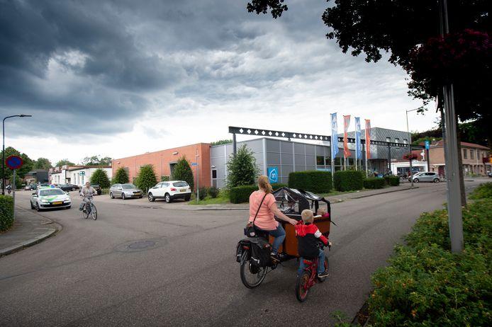 De Albert Heijn in Ugchelen gaat uitbreiden. Om dat mogelijk te maken gaat het witte gebouw de Bogaard (l) mogelijk tegen de vlakte.