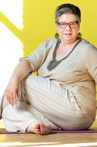 """Yogalerares Conny (54) verdient samen met haar man 4.000 euro: """"Onze inkomenskloof is geen echtelijke ruzie waard"""""""