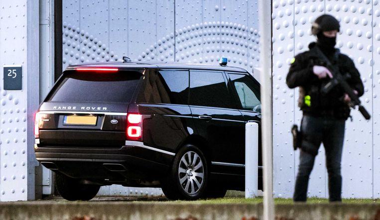 Een beveiligde auto komt aan bij de extra beveiligde rechtbank op Schiphol. Beeld ANP